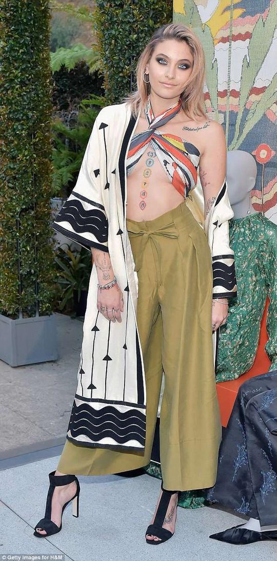 Con gái Michael Jackson mặc áo hở ngực táo bạo - Ảnh 1.