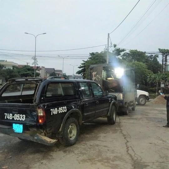 Bị chốt chặn, xe chở gỗ lậu tông vào ô tô của kiểm lâm - Ảnh 1.