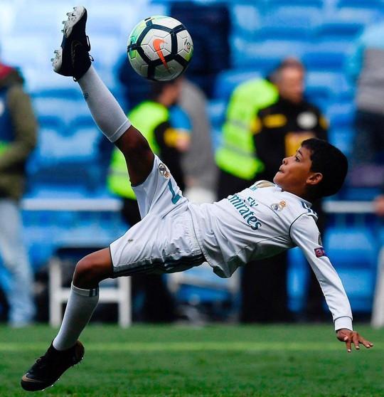 Xem siêu phẩm ngả bàn đèn của con trai Ronaldo - Ảnh 1.