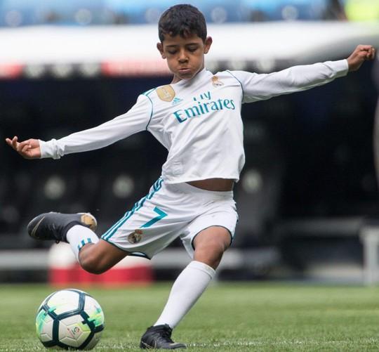 Xem siêu phẩm ngả bàn đèn của con trai Ronaldo - Ảnh 5.