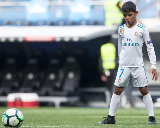 Xem siêu phẩm ngả bàn đèn của con trai Ronaldo - Ảnh 4.