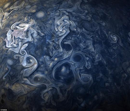 Cận cảnh chuỗi ngọc trai siêu bão trên Sao Mộc - Ảnh 4.