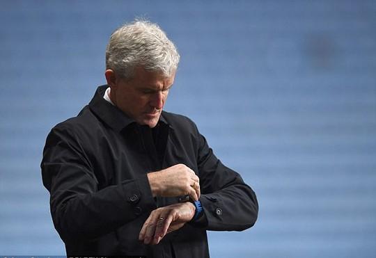 Mark Hughes - HLV thứ 7 ở Premier League bị sa thải - Ảnh 1.