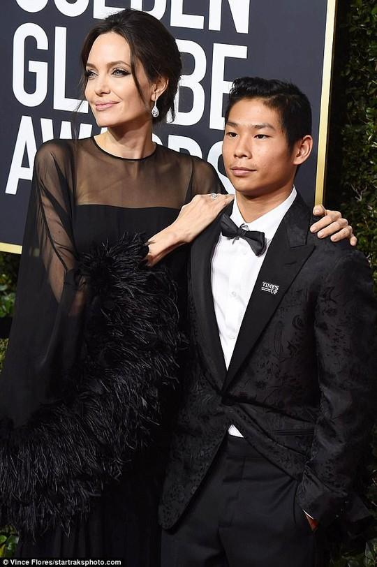 Pax Thiên tháp tùng Angelina Jolie dự Quả cầu vàng - Ảnh 1.