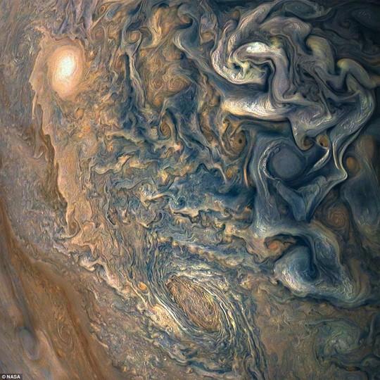 Cận cảnh chuỗi ngọc trai siêu bão trên Sao Mộc - Ảnh 5.