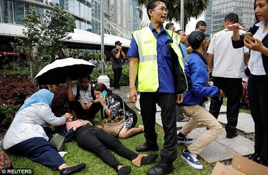 Sập sàn chứng khoán, hơn 70 người bị thương - Ảnh 7.