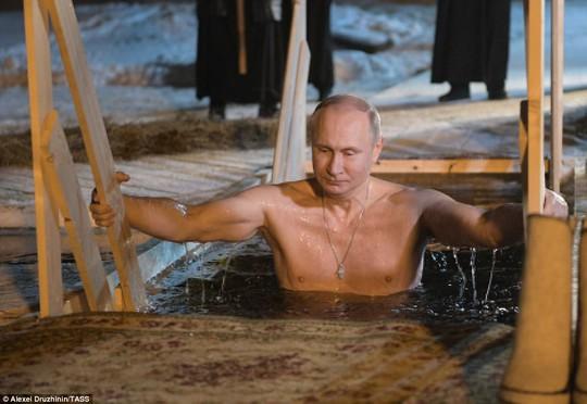 Ông Putin cởi trần, ngâm mình trong hồ nước băng giá - Ảnh 2.