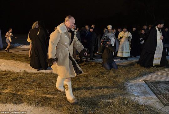 Ông Putin cởi trần, ngâm mình trong hồ nước băng giá - Ảnh 1.