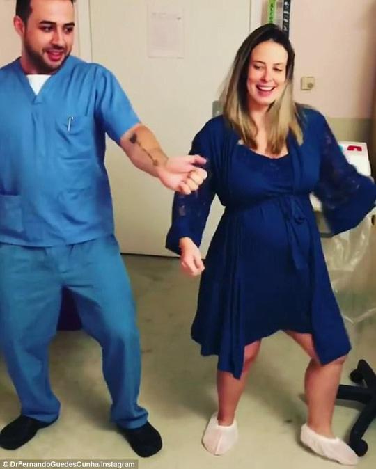 Bác sĩ nhảy samba với sản phụ trong phòng sinh - Ảnh 2.