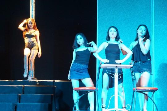 Kịch Hồng Vân đưa thác loạn bên trong nhà hàng lên sân khấu - Ảnh 1.