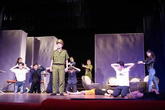 Kịch Hồng Vân đưa thác loạn bên trong nhà hàng lên sân khấu - Ảnh 4.