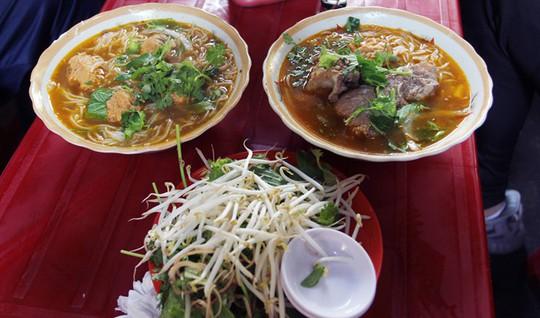 Người Sài Gòn kiên trì đợi món bún giò gốc Huế nấu bếp củi - Ảnh 1.