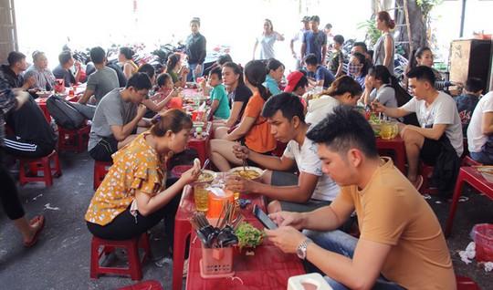 Người Sài Gòn kiên trì đợi món bún giò gốc Huế nấu bếp củi - Ảnh 2.