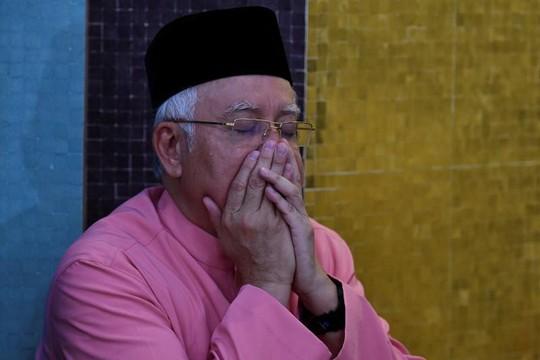Dính bê bối hối lộ, cựu thủ tướng Malaysia bị cấm rời nước - Ảnh 1.