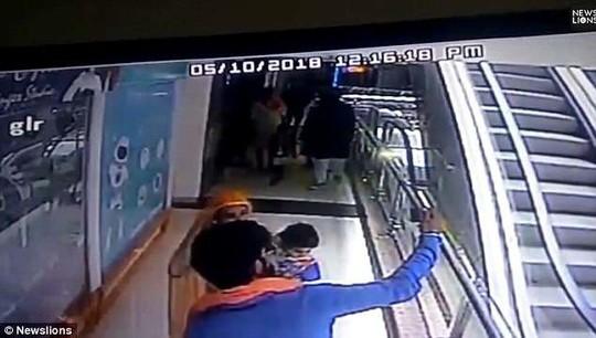 Mẹ tuột tay làm rớt con từ tầng 3 xuống đất - Ảnh 1.