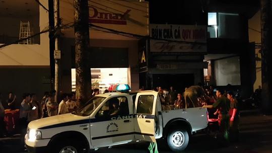 Hàng trăm cảnh sát ngăn đường đột kích nhà hàng thác loạn Dmax - Ảnh 1.