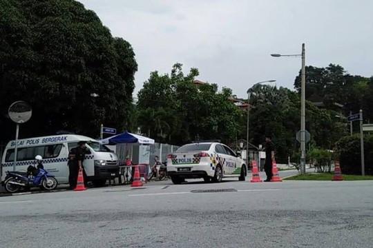 Malaysia: Cảnh sát phong tỏa nhà ông Najib sau lệnh cấm xuất cảnh - Ảnh 2.