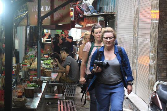 Lạc bước vào ngõ thiên đường đồ ăn Việt khiến du khách mê đắm - Ảnh 1.