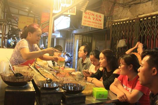 Lạc bước vào ngõ thiên đường đồ ăn Việt khiến du khách mê đắm - Ảnh 2.