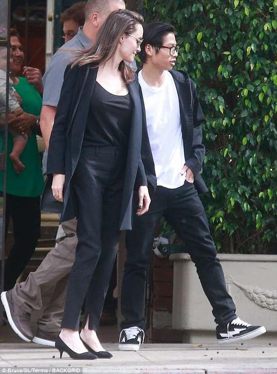 Pax Thiên điển trai hộ tống mẹ nuôi Angelina Jolie đi ăn trưa - Ảnh 2.