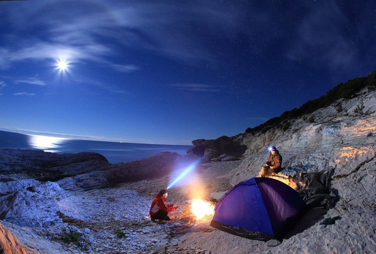 Vẻ đẹp rực rỡ của các khu cắm trại dưới những vì sao - Ảnh 1.