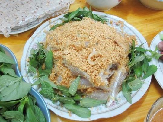 Đến Quảng Bình uống tiết mãng xà biển, ăn gỏi thủy quái - Ảnh 4.