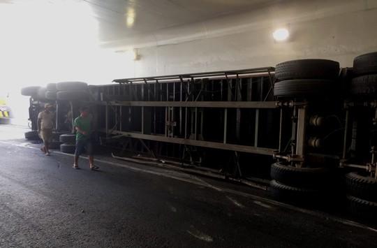 Xe container lật trong hầm chui Mỹ Thủy - Ảnh 2.