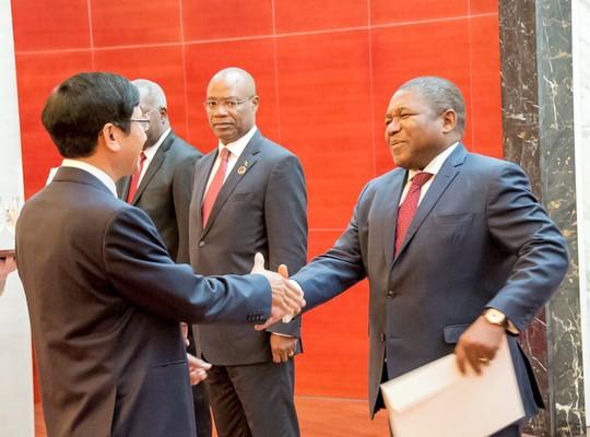 Cận cảnh Đại sứ Việt Nam trình Quốc thư lên Tổng thống Mozambique - Ảnh 1.