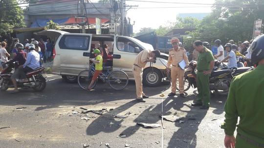 Xe tải va chạm với xe du lịch, 6 người bị thương nặng - Ảnh 2.