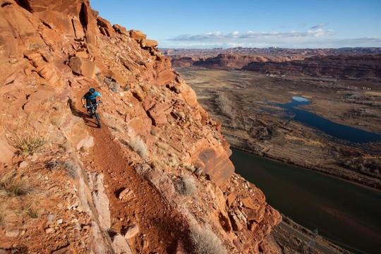 8 điểm du lịch mạo hiểm nhất thế giới - Ảnh 1.