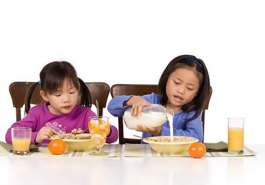Trẻ cần dinh dưỡng cân bằng để tăng trưởng khỏe mạnh - Ảnh 2.