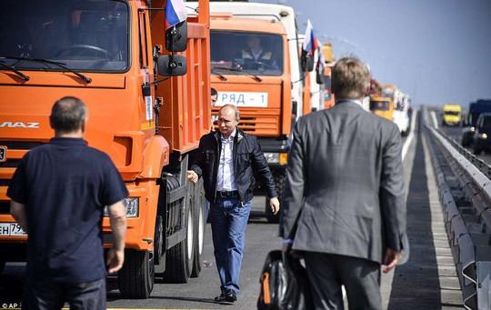 Tổng thống Vladimir Putin lái xe tải qua cầu nối Nga và Crimea - Ảnh 2.