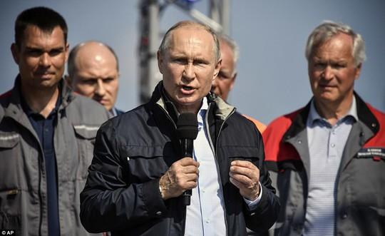 Tổng thống Vladimir Putin lái xe tải qua cầu nối Nga và Crimea - Ảnh 3.