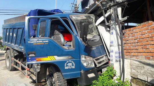 Xe tải va chạm với xe du lịch, 6 người bị thương nặng - Ảnh 4.