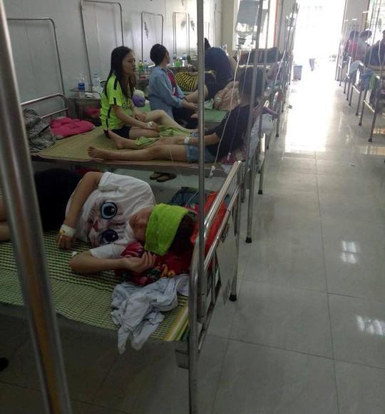 75 sinh viên sắp tốt nghiệp ĐH Sư phạm bị ngộ độc nhập viện - Ảnh 1.