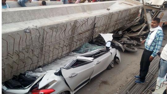 Ấn Độ: Sập cầu vượt đang xây, 18 người chết - Ảnh 2.