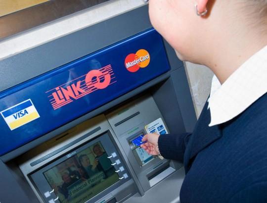 Người dùng thẻ ATM ở các nước có trả phí rút tiền? - Ảnh 1.