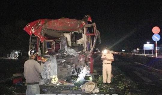 Xe khách tông sau container, 12 người bị thương - Ảnh 1.