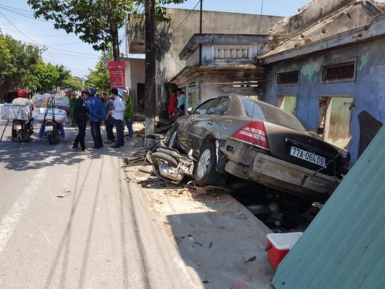 Bình Định: Một ngày xảy ra 2 vụ ô tô tông sập nhà dân - Ảnh 2.