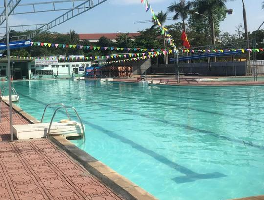 Tắm bể bơi, 1 phụ nữ bất ngờ bị điện giật nhập viện - Ảnh 1.