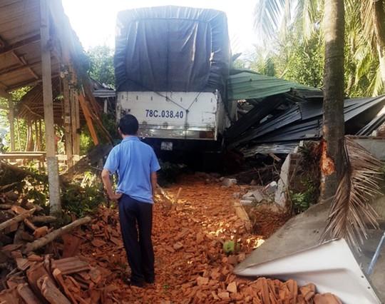 Bình Định: Một ngày xảy ra 2 vụ ô tô tông sập nhà dân - Ảnh 1.