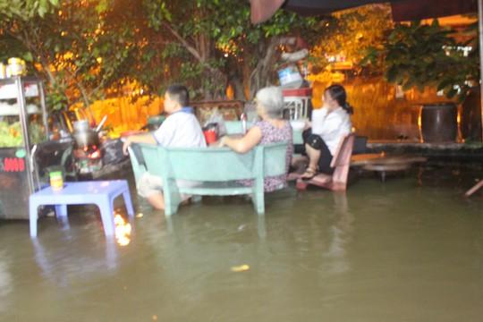 TP HCM: Chống ngập quá lỗi thời, dân còn bơi dài dài - Ảnh 3.