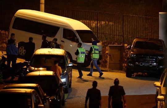 Lục soát nhà trong đêm, thu giữ đồ đạc của cựu thủ tướng Malaysia - Ảnh 2.
