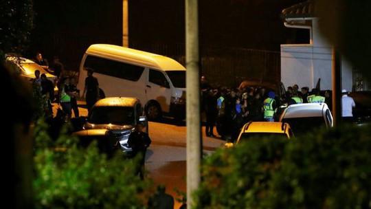 Lục soát nhà trong đêm, thu giữ đồ đạc của cựu thủ tướng Malaysia - Ảnh 1.