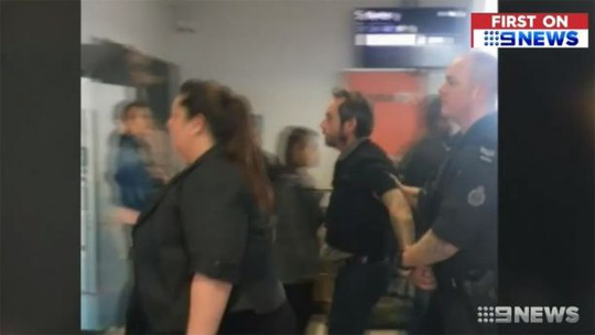 Úc: Bắt hành khách xông ra đường băng mở cửa máy bay - Ảnh 2.