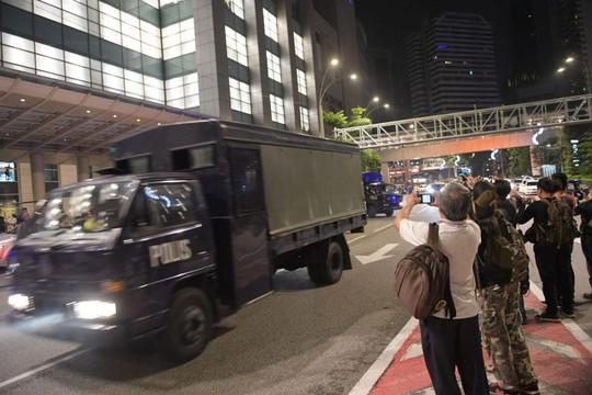 Cảnh sát Malaysia huy động thợ khóa phá két nhà ông Najib - ảnh 8