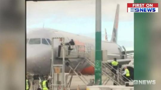Úc: Bắt hành khách xông ra đường băng mở cửa máy bay - Ảnh 1.