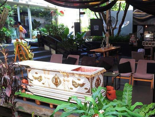 Rùng mình trải nghiệm cái chết bên trong quán cafe - Ảnh 2.