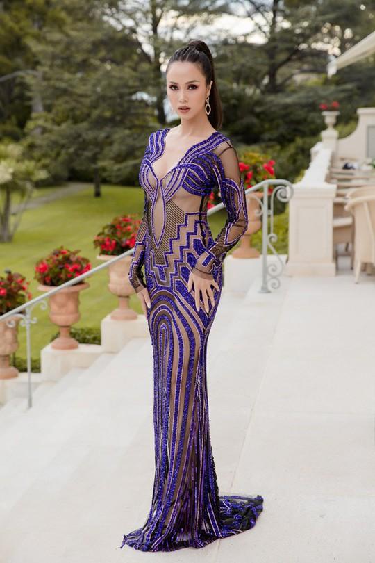 Vũ Ngọc Anh mặc váy mỏng tang ở LHP Cannes - Ảnh 1.