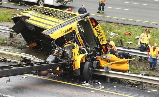 Va chạm xe tải, đầu xe buýt đứt lìa, 2 người chết - ảnh 2